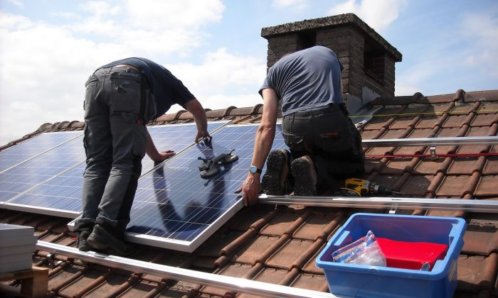 Professionals are installing solar rooftop